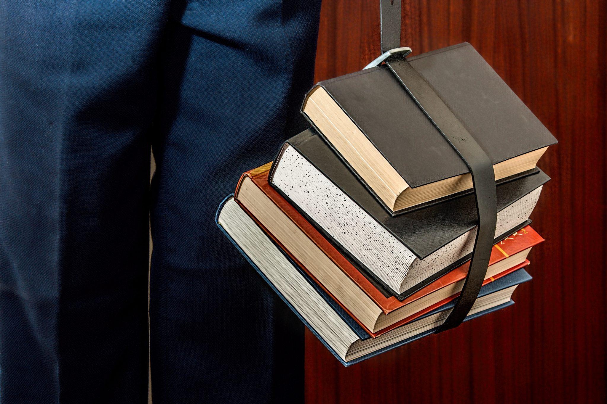 Une pile de livres